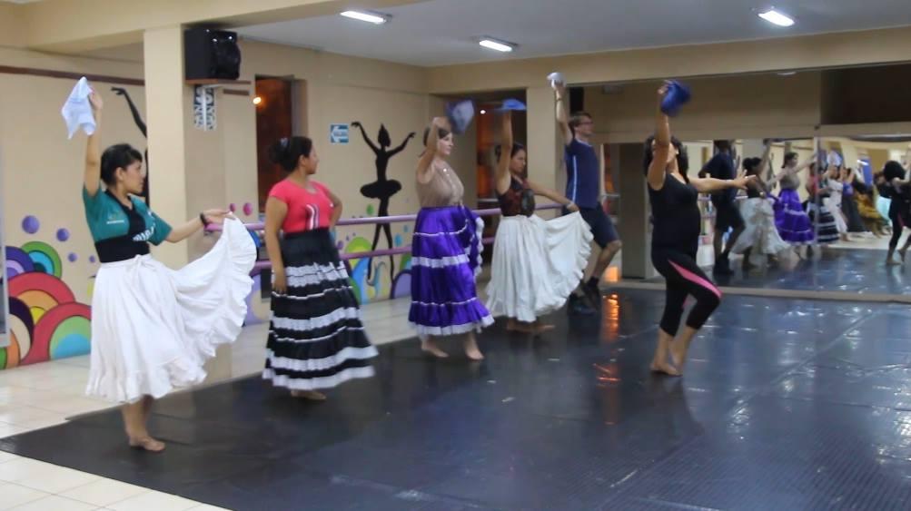Clases de marinera en el Centro Cultural Centenario de Chimbote