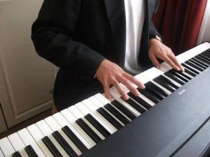 Clases de teclado en el Centro Cultural Centenario de Chimbote
